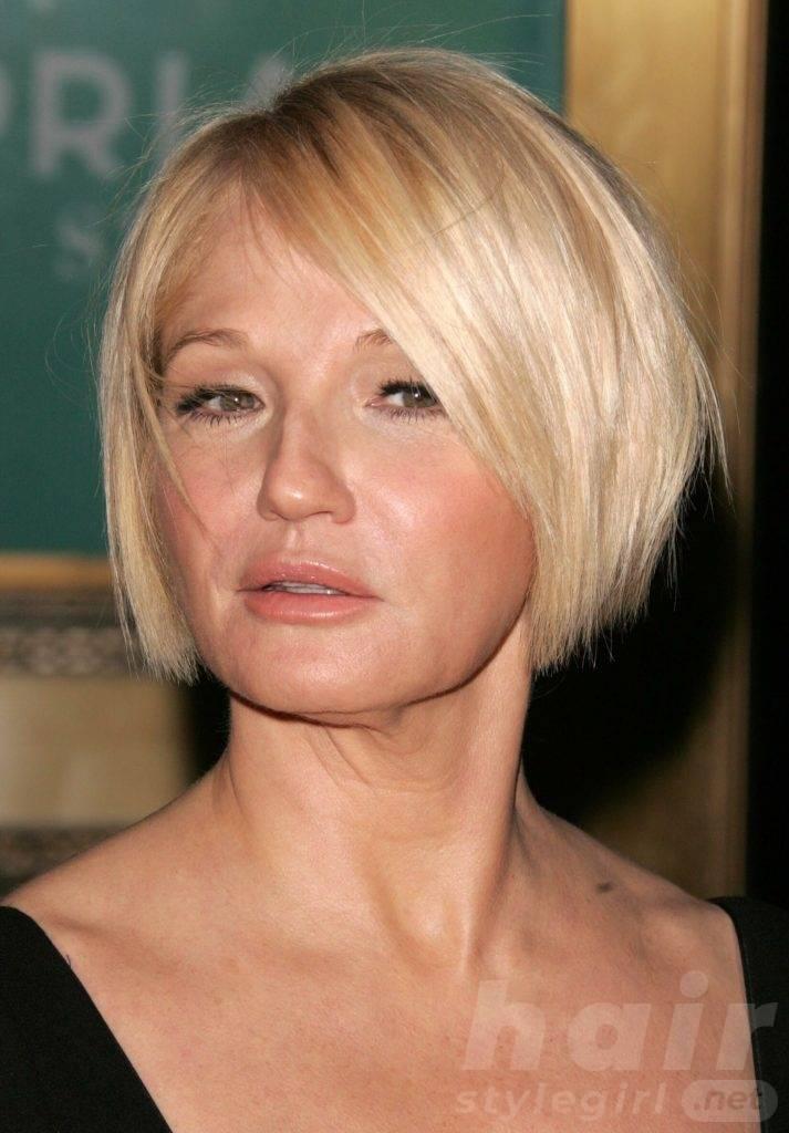14 Short blonde hair with side fringe