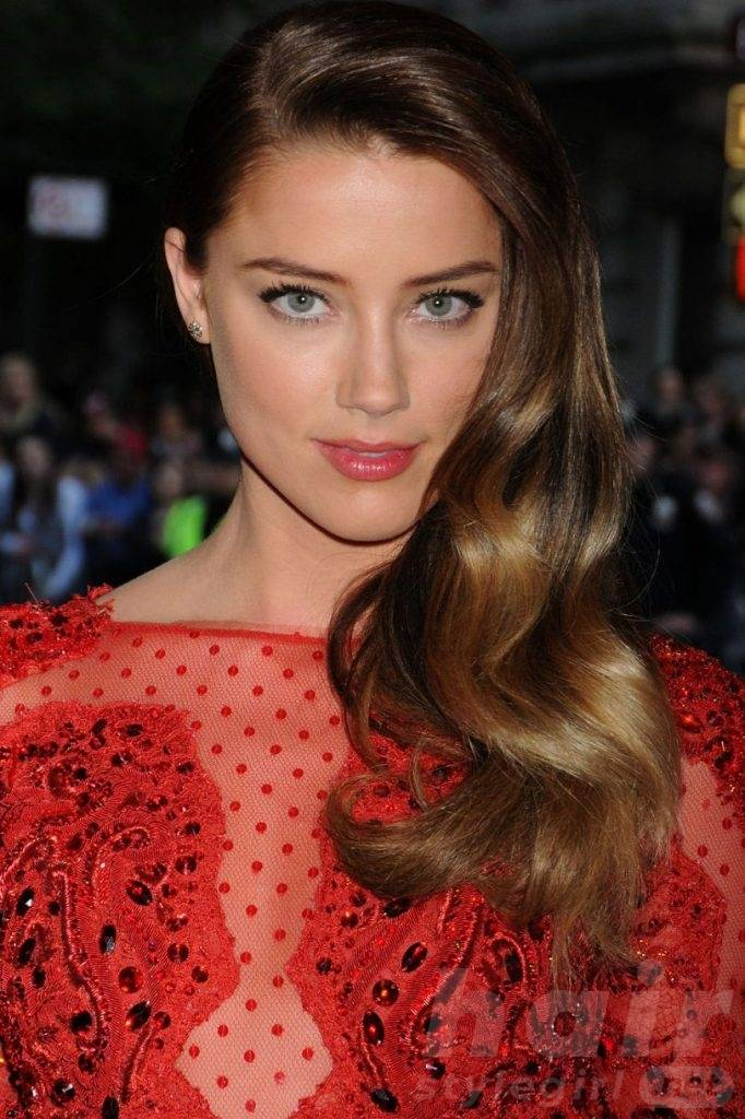 Amber Heard Ombre Highlights Medium Length Hair