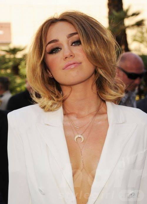 Miley Cyrus Blond Wavy Hairstyle