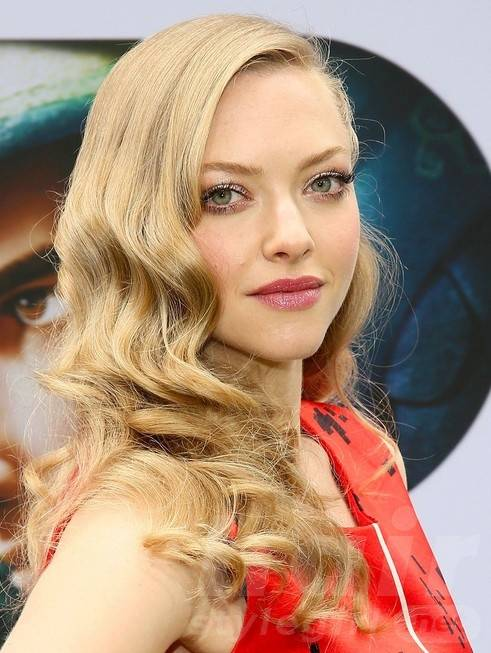 2014 Amanda Seyfried Hairstyles: Long Curly Hairstyle for Prom