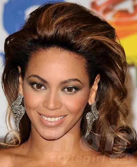 Beyonce Hairstyles: Stylish Long Wavy Haircut for Mature Women