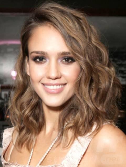 Jessica Alba Hairstyles: Classy Medium Curls