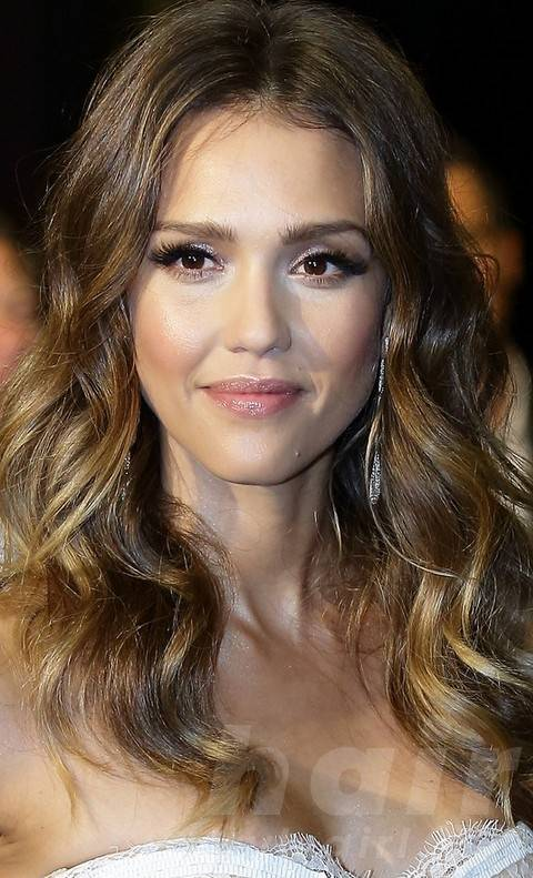 Jessica Alba Hairstyles: Stylish Center-parted Curly Hairstyle