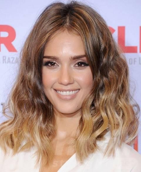 Jessica Alba Hairstyles: Vivacious Blunt Wavy Haircut